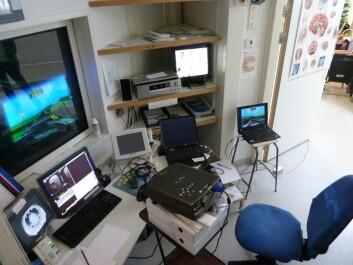 I dette testrommet har trettifire ungdommer latt hjernen bli skannet mens de har kjørt bilrace. (Foto: NTNU)