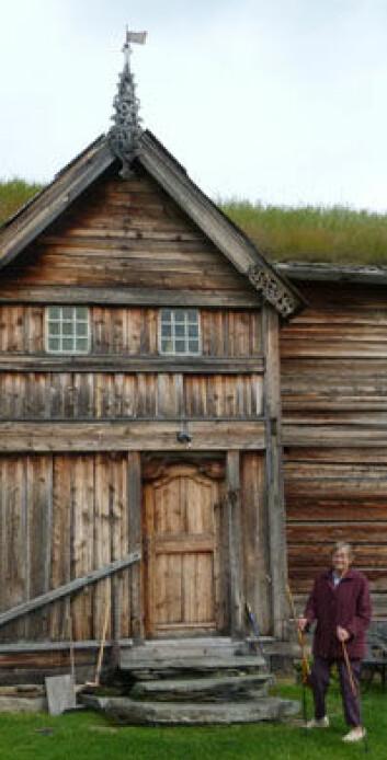 Gunnhild Valbjør Løchen (85) ønsker å bo her i huset sitt så lenge som mulig. Moderne teknologi kan hjelpe henne med det. (Foto: Kjell Andersen)