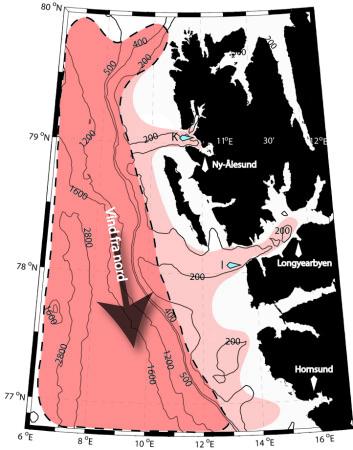 """""""Kartet viser hvordan Vest-Spitsbergen strømmen oppfører seg når det er sterk nordlig vind. Det mørkerøde området viser varmt Atlanterhavsvann utenfor kanten av Spitsbergen-sokkelen, det lyserøde området viser varmere Atlanterhavsvann som svømmer inn over Spitsbergen-sokkelen på grunn av den kraftige nordavinden. De blå punktene viser passeringen av undervannsriggene. (Ill.: Frank Nilsen/UNIS)"""""""