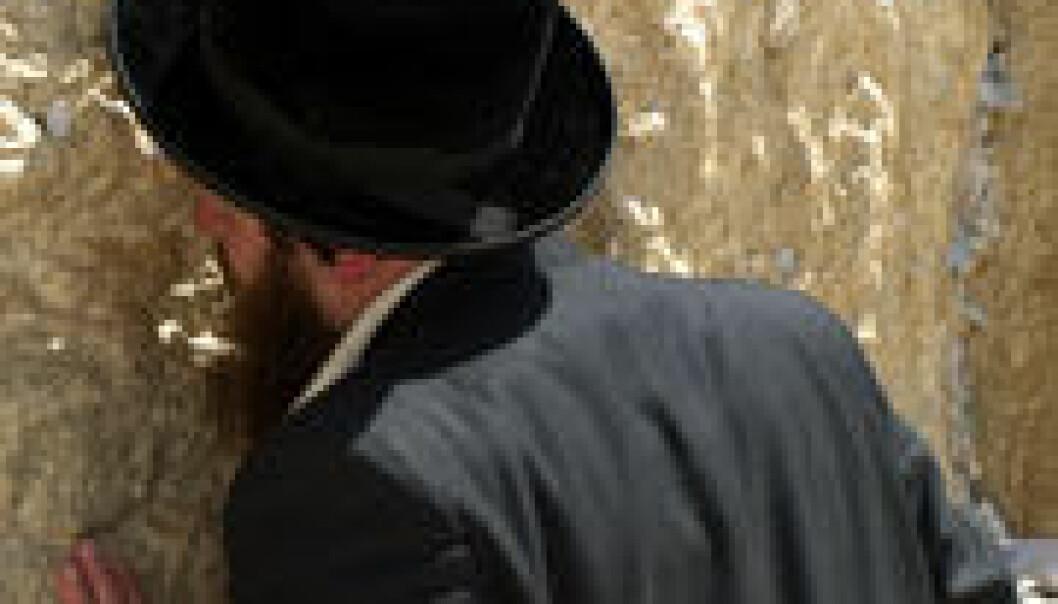 En jødisk mann ber ved Klagemuren. Wikimedia Commons