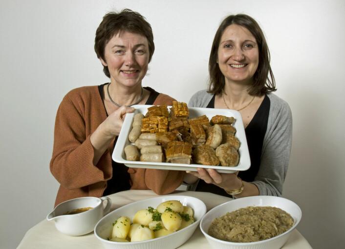 Margrethe Hersleth (til venstre) og Valérie Lengard Almli er redd for ribbas plass på julekveldsmenyen hvis den fortsetter å være like billig. (Foto: Kjell J. Merok, Nofima)