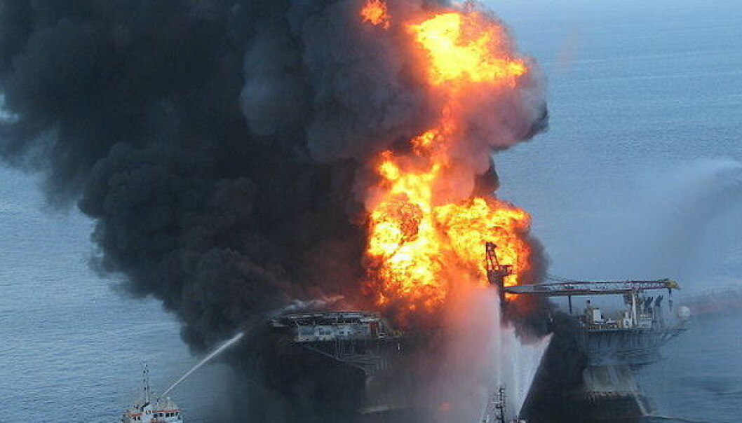 Oljeriggen Deepwater Horizon i flammer 21. april 2010. (Foto: US Coast Guard)