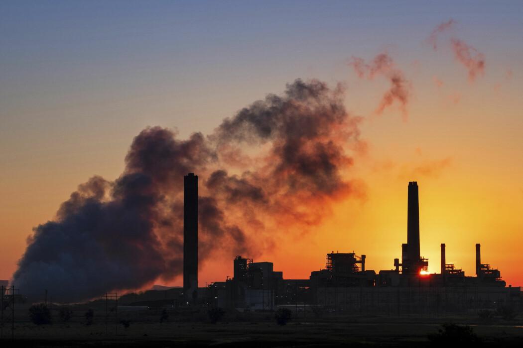 Luftforurensing er en like stor trussel mot folkehelsa som koronaviruset, hevder forskere.