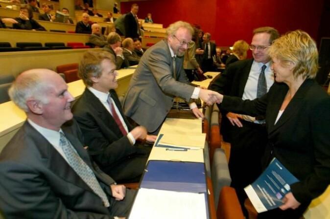 Stor stas i 2002: De tre NTNU-forskerne Peder Emstad, Edvard Moser og Torgeir Moen skulle lede hvert sitt SFF og ble gratulert av Forskningsrådets direktør Christian Hambro og statsråd Kristin Clemet.