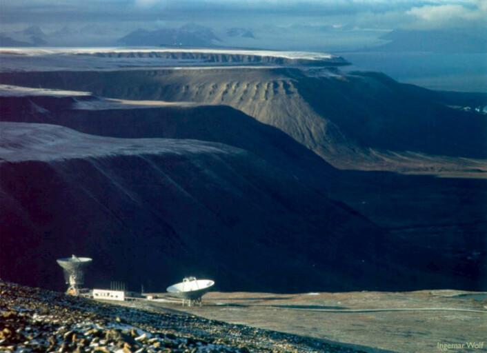 For å finne både hastighet og retning på skyene av de elektrisk ladede partiklene i ionosfæren høyt oppe, må flere store antenner registrere radarekkoet samtidig. Her er antennen ved Longyearbyen på Svalbard. (Foto: Ingemar Wolf, EISCAT)