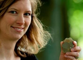 Den ubrukelege øksa Sigrid Alræk Dugstad studerer, har mange hoggefeil i både egg og kropp som tyder på at ho er hoggen av ein person med manglande ferdigheiter, sannsynlegvis eit barn. (Foto: Terje Tveit)