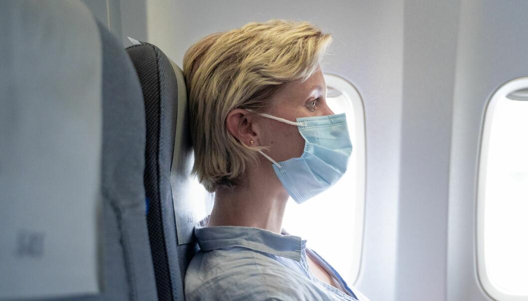 Alle SAS-passasjerer må ha på seg munnbind under alle flyvninger, men ellers er ikke munnbind pålagt i Norge. Bildet er av Maja Musum, som følger flyselskapets regler på tur til København.