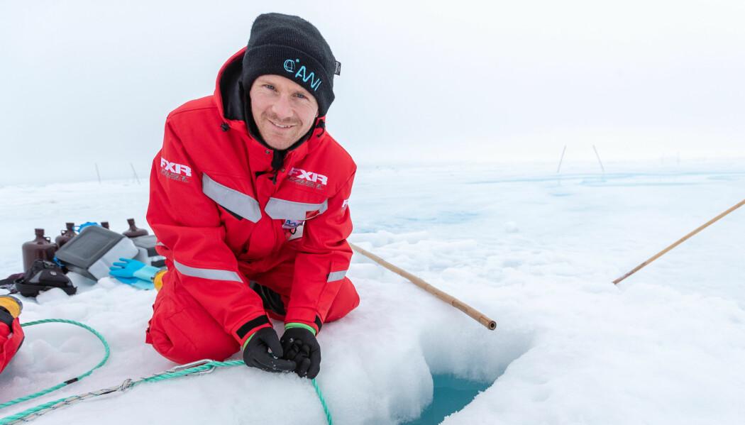 Mikrobiolog Oliver Müller ved UiB på isen i Polhavet