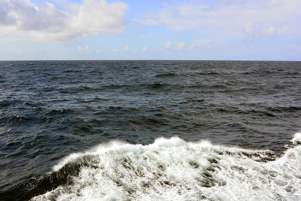Sjøen som den så ut da vi nærmet oss Trænadjupet. Sjøen går hvit.