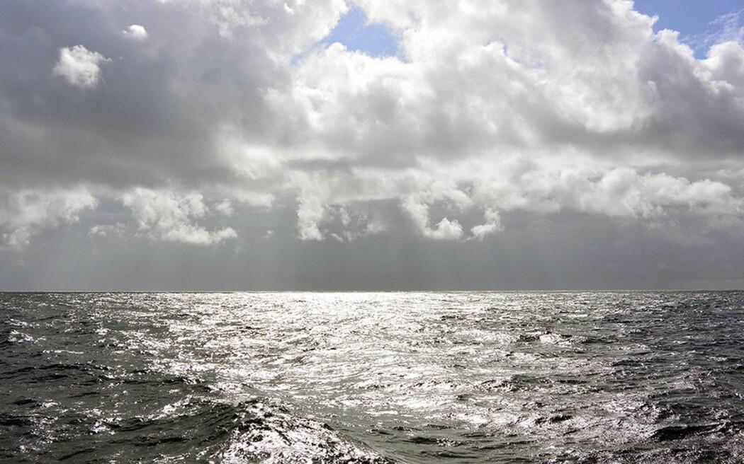 Det vakre lyset speiler seg i havoverflaten.