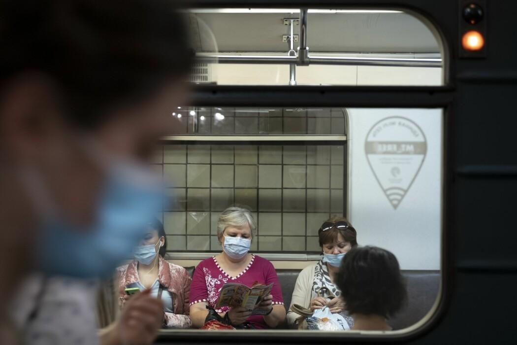 Kvinner på metroen i Moskva har tatt på seg munnbind for å beskytte seg mot smitte.