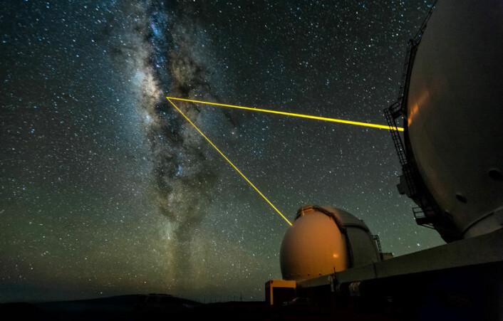 Banen til Melkeveiens innerste stjerne er dokumentert ved hjelp av bilder fra W. M. Keck-teleskopet på Hawaii i Stillehavet. Laserstrålene brukes til å korrigere for påvirkninger på målingene fra Jordas atmosfære. (Foto: Ethan Tweedie Photography)