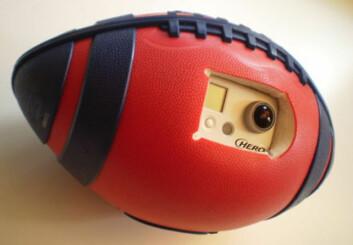 Prototype av amerikansk fotball med kamera. Forskere ved Carnegie Mellon University og University of Electro-Communications står bak ny programvare som gir temmelig stabile vidvinkelbilder. (Foto: Carnegie Mellon Robotics Institute)