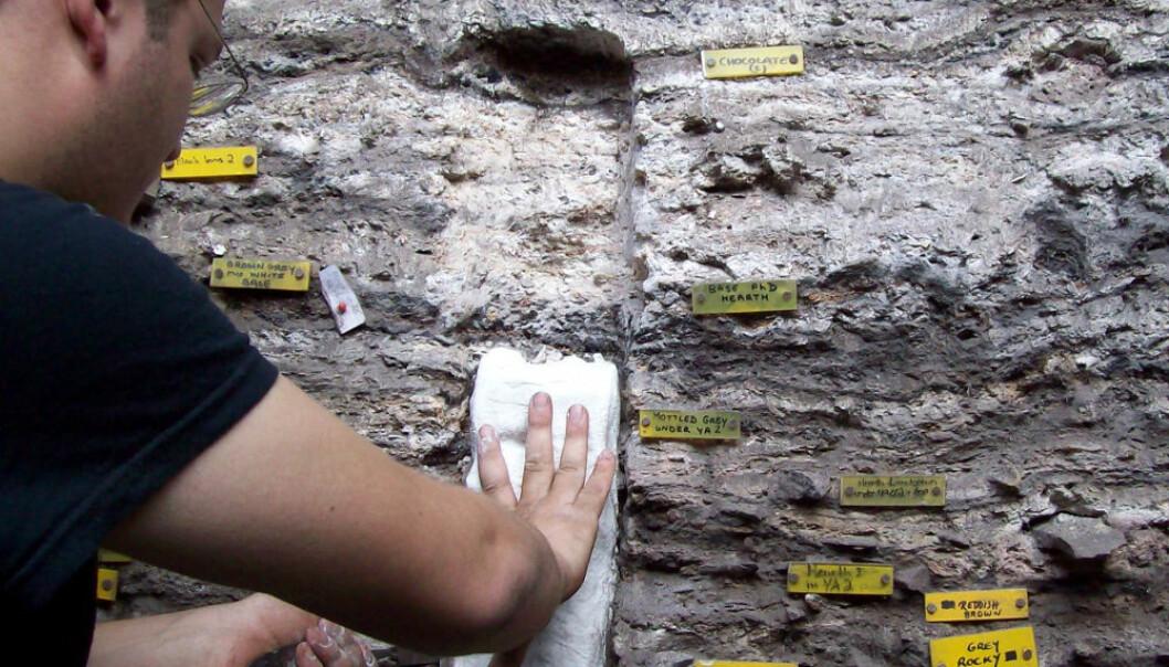 Professor Christopher Miller tar prøver av sedimenter med mange ulike mattelag. Lyn Wadley