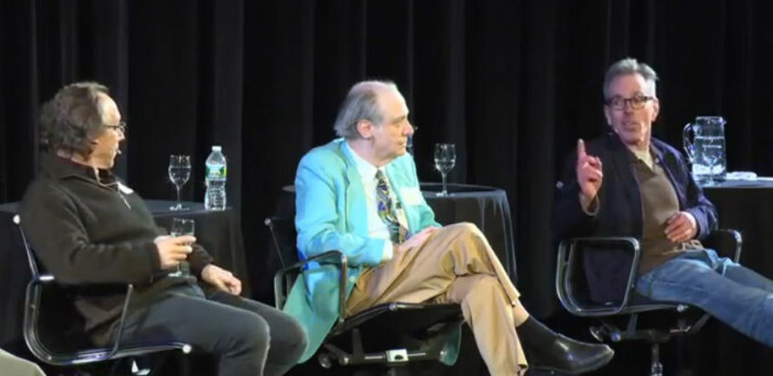 Jim Holt (t.h) diskuterer med Lawrence Krauss (t.v) på 2013 Isaac Asimov Memorial Debate. I midten astrofysikeren J. Richard Gott. (Foto: Fra YouTube-video, lagt ut av American Museum of Natural History)