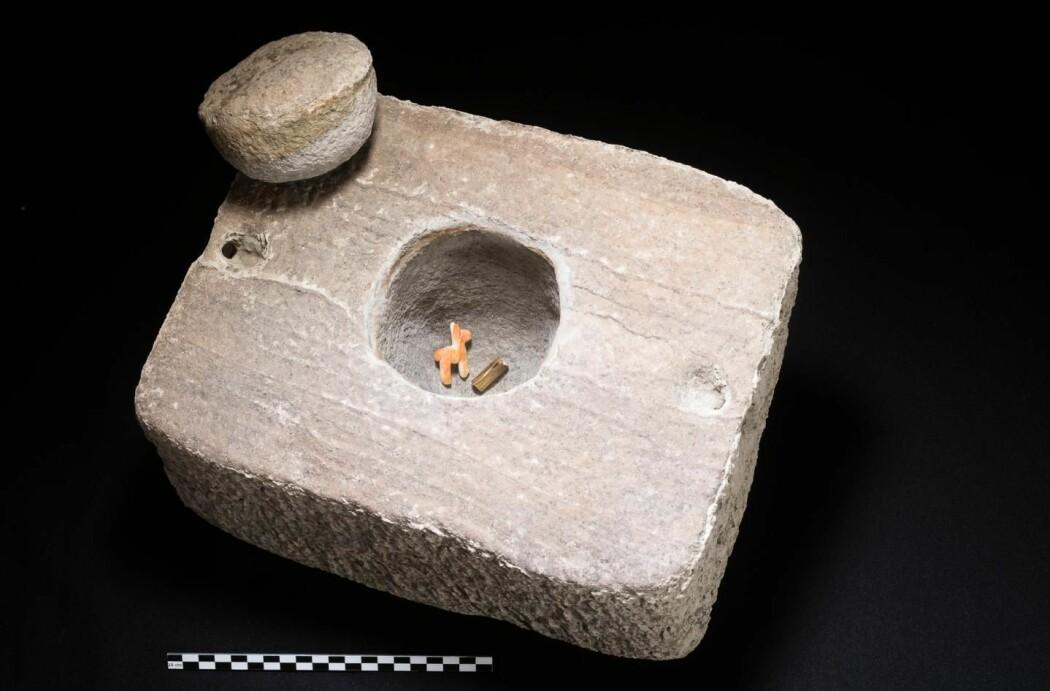En liten llama av skjell og en rull av gull har ligget på bunnen av Titicaca-sjøen i hundrevis av år.