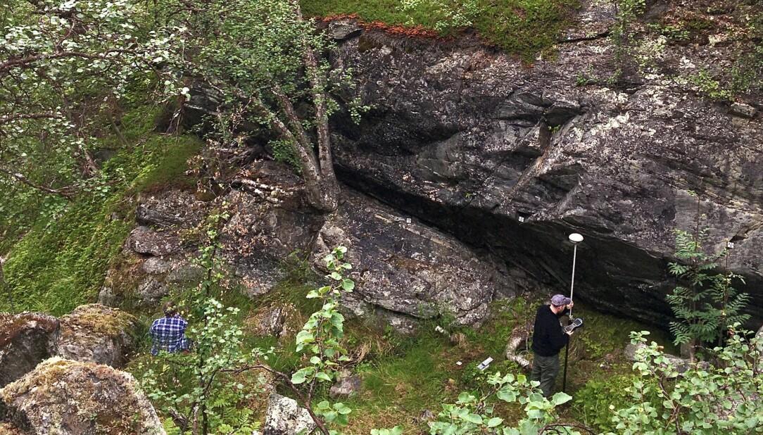 Her er området hvor funnene ble gjort, under denne berghammeren.