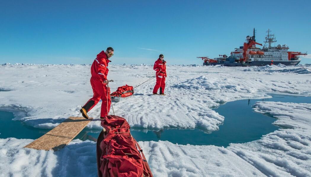 Pulker blir brukt til å frakte vitenskapelig utstyr over isen mellom forskningsskipet RV Polarstern og de forskjellige stasjonene på isen. Nå som smeltesesongen har startet for fullt blir det mer og mer åpne dammer og elver som vi må krysse.