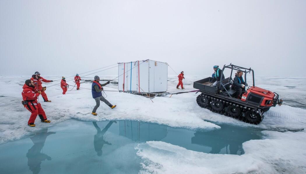 Forskningen i Arktis er stort sett basert på teamwork. Vi må allejobbe sammen for å samle de dataene vi trenger i disse vanskelige omgivelsene. Her flyttes en hytte som blir brukt som kommandosentral for miniubåten.