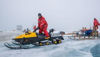 Bilde 2: Hvis isen er tykk nok brukes snøscooter til å kjøre tungt utstyrtil de forskjellige stasjonene på isen.