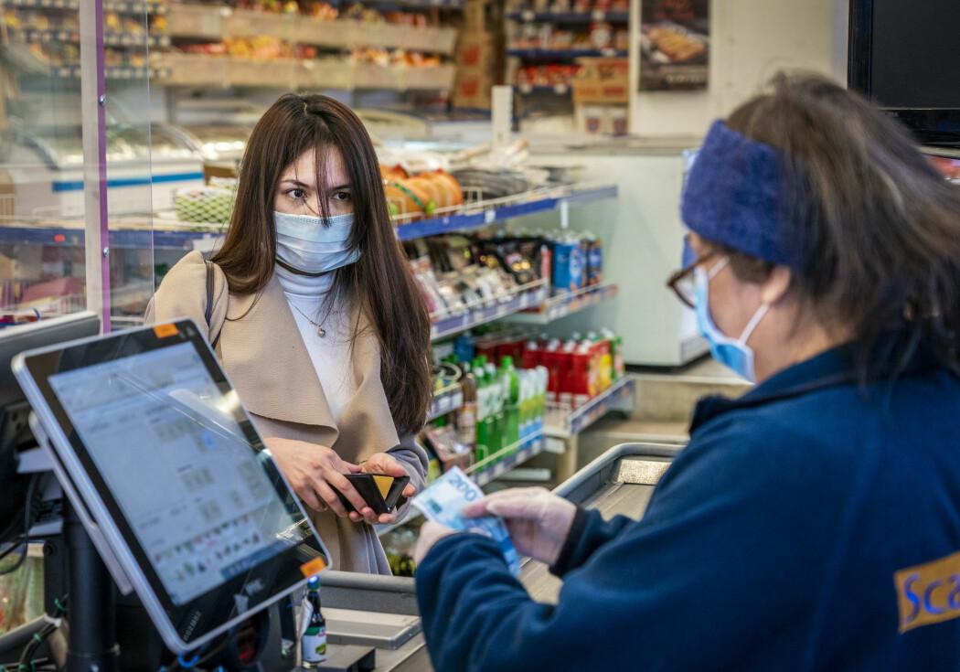 FHI bekymrer seg over et økende antall skjulte tilfeller av koronasmitte. Et påbud om munnbind i offentlige rom, vil ha effekt, mener immunolog.