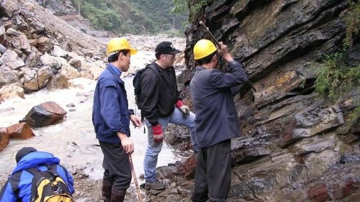 Charles Henderson (i midten) og hans kolleger samler inn fossilt materiale i Shangsi, Kina. (Foto: Charles Henderson)