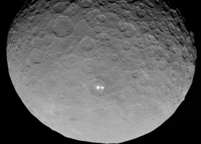 Et tydelig bilde av Occator-krateret og flekkene sett fra romsonden Dawn.
