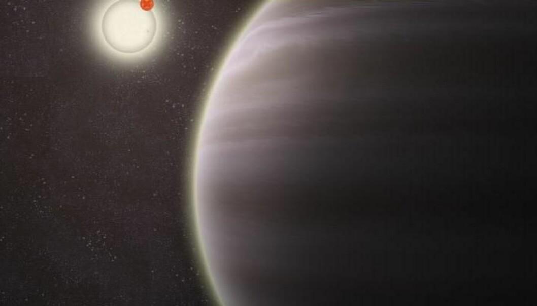 PH1 er seks ganger så stor som Jorda, og kretser rundt to stjerner som er 1,5 og 0,41 solmasser. (Ill.: Haven Giguere/Yale)