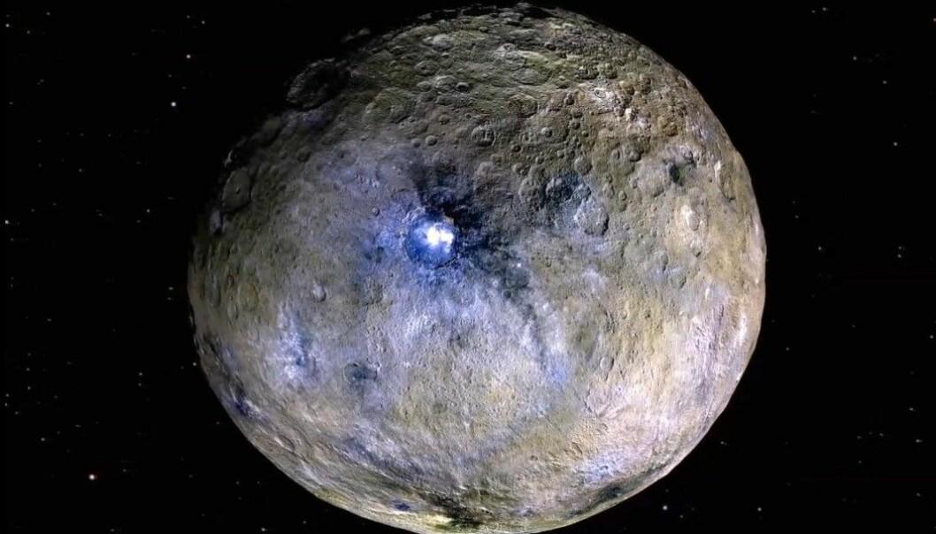 Et oversiktsbilde satt sammen av bilder fra Dawn. De lyse flekkene i Occator-krateret er framhevet og i endrede farger.