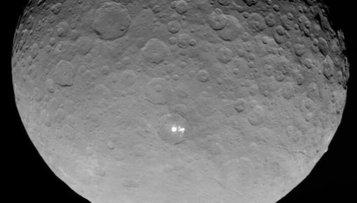 Her ser vi hvite flekker i Occator-krateret sett fra romsonden Dawn.