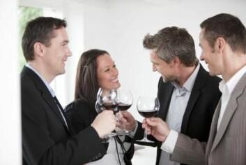 Situasjoner i gråsonen mellom jobb og fritid innebærer ofte alkohol. Kvinnelige ledere er opptatt av å begrense drikkingen sin i slike settinger. (Illustrasjonsfoto: www.colourbox.com)