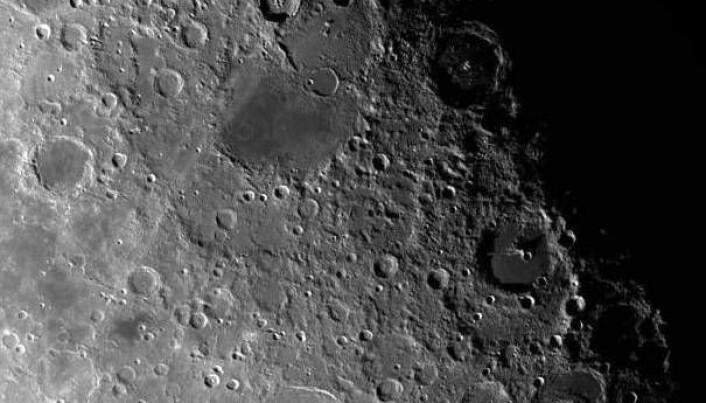 Månen er full av meteorittkratre, de er lette å få øye på med kikkert en stjerneklar kveld. Jorda har helt sikkert blitt truffet av enda flere store meteoritter enn Månen. Forskjellen er at her på Jorda så har menneskelig aktivitet, vind, vann, jordskorpeplate-bevegelser (platetektonikk) og vulkanutbrudd over millioner av år «visket ut» avtrykkene etter mange av kratrene. Månen har hatt begrenset med slike overflateprosesser og fått beholde sine kratre.