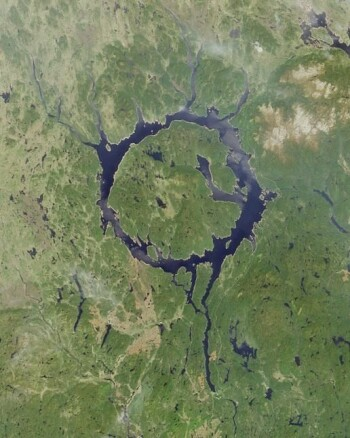Den ringformede Manicouagansjøen i Quebec-provinsen i Canada avslører tydelig hvor en meteoritt traff Jorda for rundt 214 millioner år siden.