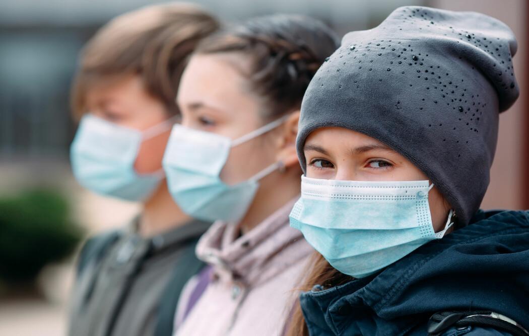 Det ser ut til at voksne lettere blir smittet av korona-viruset enn barn, viser en ny studie.
