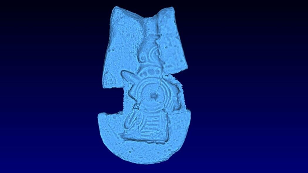 3D-rekonstruksjonen er skapt ut fra avtrykk i små stumper av støpeformer, og det har gjort figuren tydeligere: Personen bærer en kvinnedrakt med langt slep, et smykke under halsen, sverd og skjold samt en hjelm som minner om romernes.