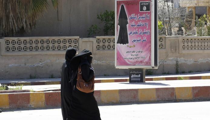 Syria var drømmelandet for kvinnene i studien da terrorgruppa IS hadde kontroll. I 2014 hang det plakater i Raqqa som fortalte kvinner at de måtte dekke seg til.