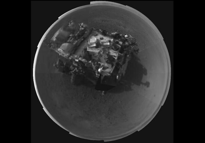 Navigasjonskameraer (Navcams) på masten til Mars-roveren Curiosity står bak dette 360-grader panorama selvportrettet som ble lagt ut på NASAs sider torsdag. Mesteparten av det er lavoppløselig, der best tilgjengelige format ennå ikke er  sendt ned til jorda. Bare en mindre bit av dette panorama-bildet har høy oppløsning, et lite område øverst til høyre på Curiosity. (Foto: NASA/JPL-Caltech)