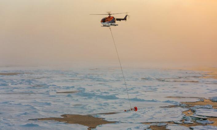 Måling av istykkelsen i Polhavet fra helikopter. (Foto: Stefan Hendricks, Alfred Wegener Institute, Helmholz Center for Polar and Marine Research)