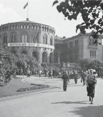 """I Norge har mange av oss en forventning om at Grunnloven skal behandles med ærbødighet. Da tyskere hang opp dette propaganda-banneret (""""Tyskland seirer på alle fronter"""") utenpå Stortinget i 1940, rammet det noe mange nordmenn holder hellig. Det var grunnlovsblasfemi. Klikk på forstørrelsesglasset for større bilde. (Foto: Scanpix)"""