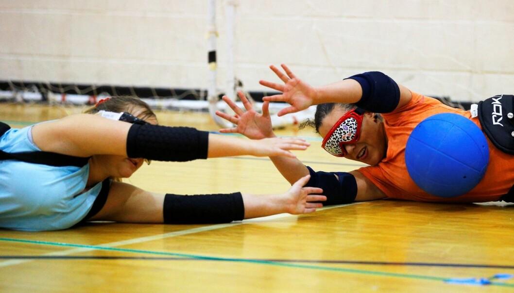 Blinde bruker ofte hørselen mer enn seende. Ballspillere hører hvor lagkameratene befinner seg, her på trening i sporten goalball i Massachusetts, USA. (Foto: Brian Snyder/Reuters) Brian Snyder/Reuters