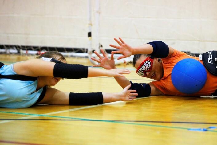 Blinde bruker ofte hørselen mer enn seende. Ballspillere hører hvor lagkameratene befinner seg, her på trening i sporten goalball i Massachusetts, USA. (Foto: Brian Snyder/Reuters) (Foto: Brian Snyder/Reuters)