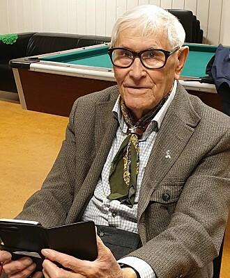 Helge Arnold Svedal (87) mener flere på hans alder vil ha glede og nytte av appen Nabohjelp.