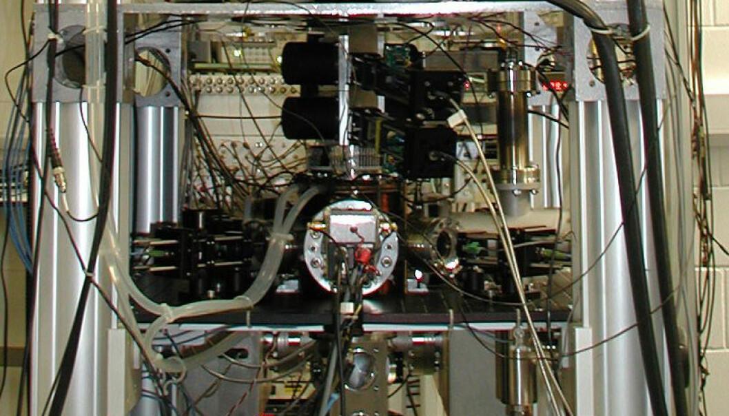 En cesium fonteneklokke som passer Storbritannias atomtid er nå den mest nøyaktige klokken i verden, ifølge en vurdering som vil bli publisert i oktober 2011-utgaven av det internasjonale vitenskapelige tidsskriftet Metrologia av et team forskere fra National Physical Laboratory (NPL) i Storbritannia og Penn State University i USA. Bildet viser klokka, NPL-CsF2, som står i National Physical Laboratory i Teddington, Storbritannia. Hele apparatet er omtrent 2,5 meter høyt. Atomene kastes en meter opp, omtrent 30 cm over hulrommet som befinner seg inne i en vakuumbeholder. Den store ytre sylinderen beskytter atomene inne i klokken fra det relativt store og ustabile magnetfeltet. National Physical Laboratory, United Kingdom