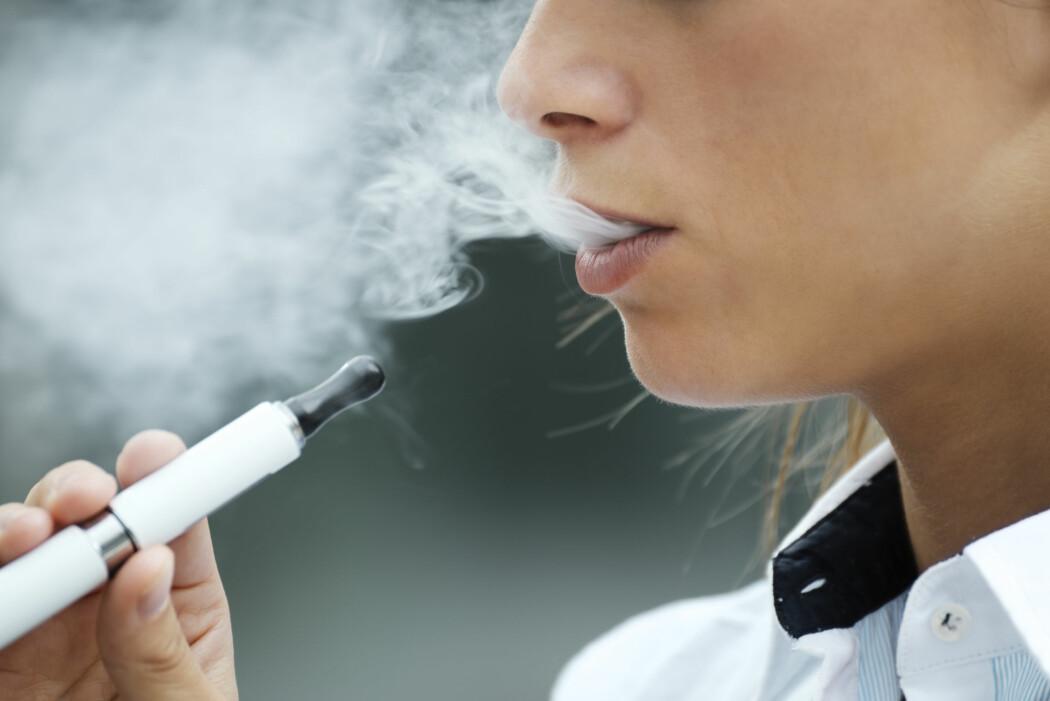 Studier på laboratoriet og på mennesker viser at de som damper e-sigaretter, kan få høyere blodtrykk, stivere pulsårer og høyere risiko for hjerteinfarkt, advarer norsk hjerteforsker og hennes europeiske kollegaer.