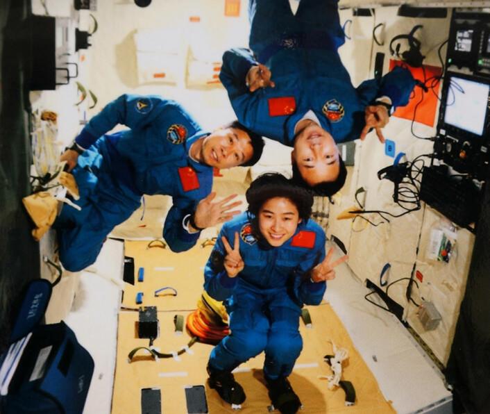 Taikonautene fra romskipet Shenzhou 9 ombord i mini-romstasjonen Tiangong-1. (Foto: Fra en stand på Den internasjonale romfartsutstillingen 2012)