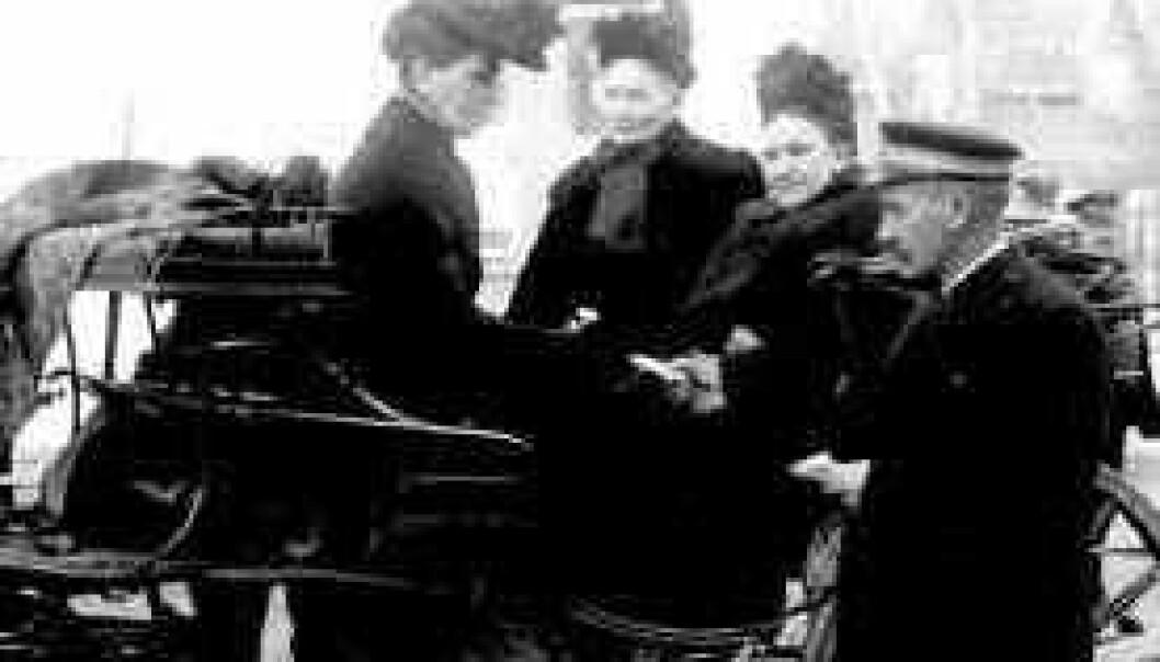 Ved stortingsvalget i 1909 kunne kvinner fra borgerskapet og middelklassen avgi stemme for første gang. Bildet viser damer på vei inn i et stemmelokale, sannsynligvis i Drammen i Buskerud. Anders Beer Wilse/Norsk Folkemuseum.