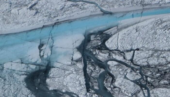 Dette er elver med smeltevann som dannes i isen. Dette er fra 2012, som var det forrige rekordåret for smelting.