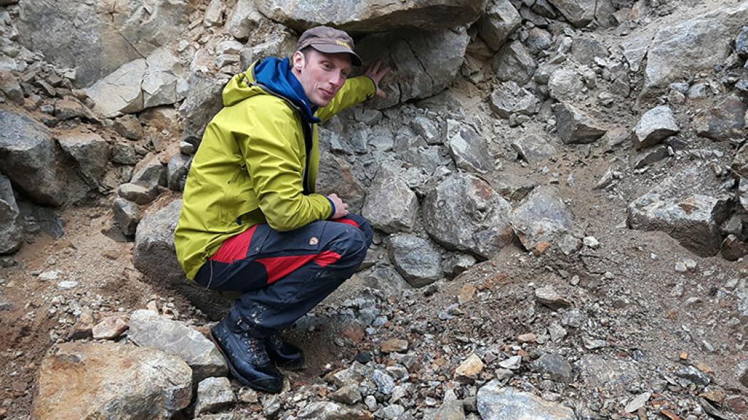 Oppsprukne blokker er vanlig i avsetninger fra fjellskred, på grunn av voldsomme krefter under skredet. NGU-forsker Ola Fredin viser eksempler på sprukne blokker.
