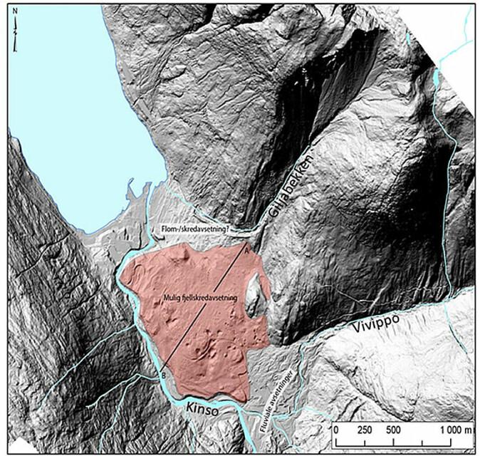 Utbredelse av den mulige fjellskredavsetningen markert i rødt. Store deler kan også ha varierende dekke av avsetninger fra havet, ettersom deler av området lå under vann rett etter siste istid.
