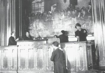 Da krigen var slutt og tyskerne ute av landet, ble Stortingets talerstol grundig vasket. Vaskingen fikk en rituell karakter. (Foto: Scanpix)